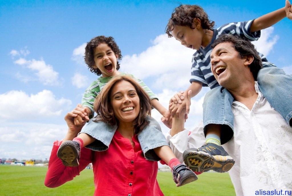 семья с детьми веселится