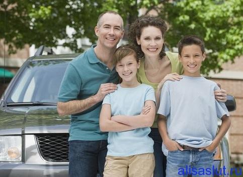 семья улыбается